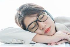 Slaap van het tiener de korte haar op bureau na het werken stock
