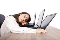 In slaap vrouwelijke werknemerdalingen terwijl gelijktijdig het werken aan drie laptops royalty-vrije stock fotografie
