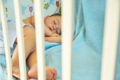 Slaapbaby in een voederbak stock foto