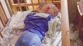 Slaapbaby en dalend geld Concepten onverwachte rijkdom stock video