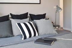 Slaapkamer binnenlands ontwerp met zwarte gevormde hoofdkussens Stock Fotografie