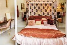 Slaapkamer in de stijl van het land stock foto