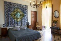 Slaapkamer in de stijl van Toscanië, Luca. Italië royalty-vrije stock foto