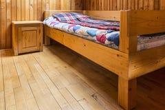 Slaapkamer in een Houten Chalet royalty-vrije stock foto's