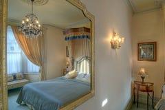 Slaapkamer in een spiegel Royalty-vrije Stock Fotografie