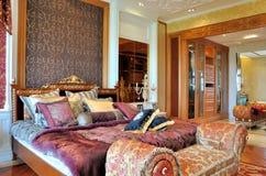 Slaapkamer en kleedkamer in luxuriant stijl Stock Fotografie