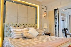 Slaapkamer en stoel in rust ruimte Stock Foto's