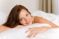 Slaapkamer - gelukkige vrouw in bedontwaken royalty-vrije stock foto's