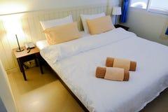 Slaapkamer in hotel Thaise stijl Royalty-vrije Stock Fotografie