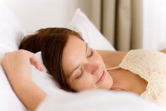 Slaapkamer - jonge vrouwenslaap Stock Foto