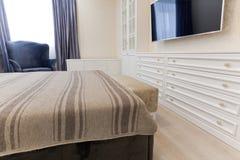 Gordijnen In Slaapkamer : Slaapkamer in lichte kleuren met donker bed en blauwe gordijnen