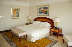 Slaapkamer in luxehotel, Doubai, de V.A.E stock afbeelding