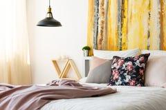 Slaapkamer met aardachtig kleurenpalet royalty-vrije stock fotografie