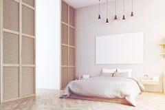 Slaapkamer met affiche en een venster in een beige gestemde muur, Stock Afbeeldingen