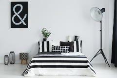 Slaapkamer met bed en decoratie Stock Afbeeldingen