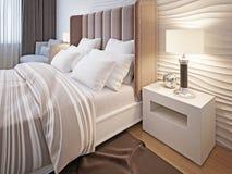 Slaapkamer met bed en linnen Stock Fotografie