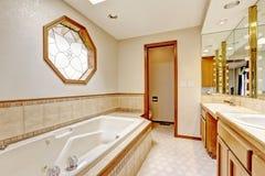 Slaapkamer met de versiering van de tegelmuur en verfraaid venster Royalty-vrije Stock Afbeelding