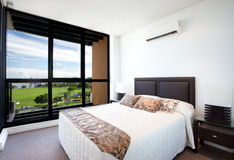 Slaapkamer met een Mening Stock Afbeeldingen