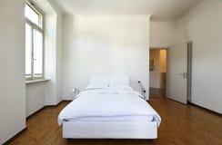 Slaapkamer met een tweepersoonsbed Royalty-vrije Stock Afbeeldingen
