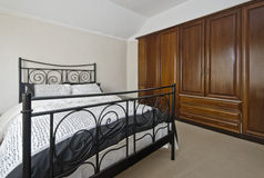 Slaapkamer met garderobe Royalty-vrije Stock Afbeeldingen