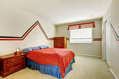 Slaapkamer met geschilderde muur en helder kleurenbed stock afbeeldingen