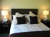 Slaapkamer met groot tweepersoonsbed Royalty-vrije Stock Afbeeldingen