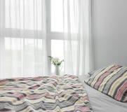 Slaapkamer met groot venster Stock Afbeeldingen
