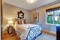 Slaapkamer met het bed van het ijzerkader Stock Foto's