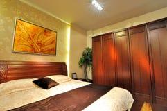 Slaapkamer met houten meubilair Stock Afbeelding