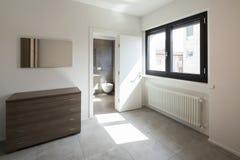 Slaapkamer met opmaker en privé badkamers in de ruimte royalty-vrije stock foto's