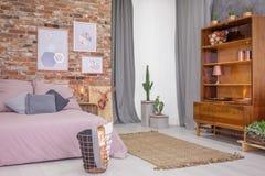 Slaapkamer met oude houten boekenkast stock foto's