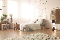 Slaapkamer met punten royalty-vrije stock foto