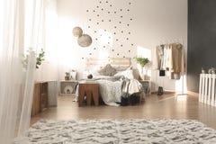 Slaapkamer met puntmuur stock foto