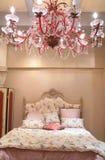 Slaapkamer met rode kroonluchter royalty-vrije stock foto