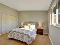 Slaapkamer met tapijtvloer en deuren aan ingebouwde kast Stock Foto