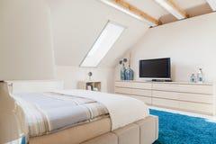 Slaapkamer met televisie royalty-vrije stock fotografie
