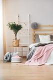 Slaapkamer met toebehoren wordt verfraaid die Stock Afbeelding