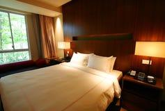 Slaapkamer met tuinmening Stock Afbeelding