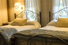 Slaapkamer met twee bedden royalty-vrije stock fotografie
