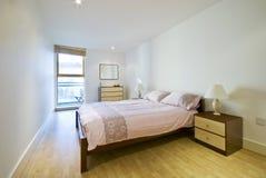 Slaapkamer met tweepersoonsbed Stock Foto's