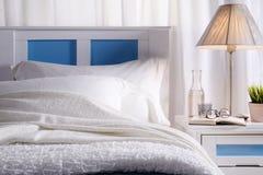Slaapkamer met zonlicht Stock Afbeeldingen