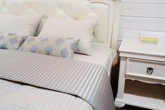 Grote slaapkamer moderne stijl stock foto afbeelding 59224046 - Bed grijze volwassen ...
