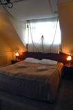 Slaapkamer onder hellend dak royalty-vrije stock foto