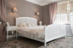 Slaapkamer op z'n gemak binnen een woonplaats stock foto