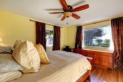 Slaapkamer in oud huis met lichtgele muren Royalty-vrije Stock Afbeelding