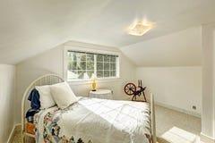 Slaapkamer in oud plattelandshuis met antiek bed Stock Afbeelding