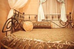 Slaapkamer. twee bedden en twee hoofdkussens Stock Afbeelding