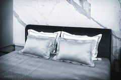 Slaapkamer van de luxe de moderne stijl in grijze en blauwe tonen, Binnenlands van een hotelslaapkamer royalty-vrije stock afbeelding