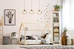 Slaapkamer van het Eco de vriendschappelijke kind stock fotografie