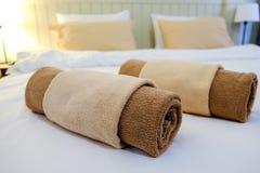 Slaapkamer in wit van de hotel het Thaise stijl royalty-vrije stock afbeelding